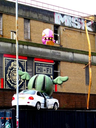 Une créature étrange dévore une pièce de monnaie en balançant des légumes ailés sur des voitures ???