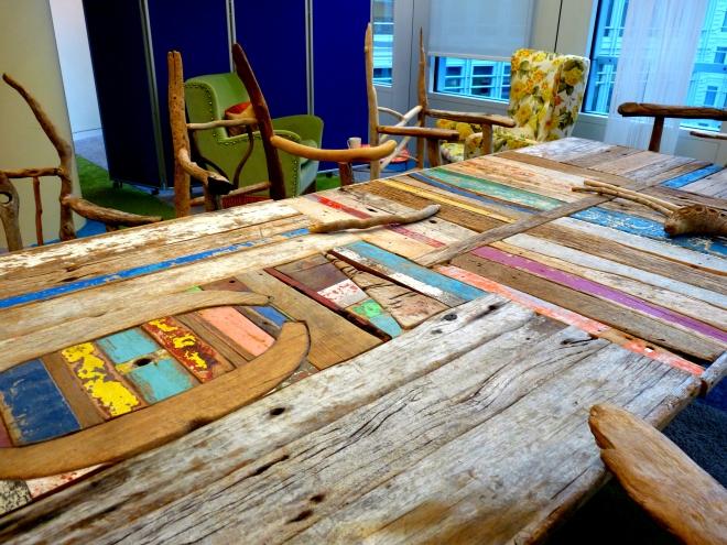 table et chaises de réunion en bois flotté