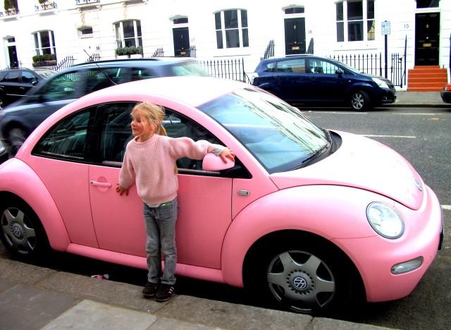 Fille aînée et la New Beetle rose 2011