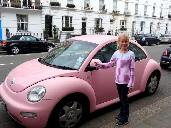 Fille aînée et la New beetle rose 2013